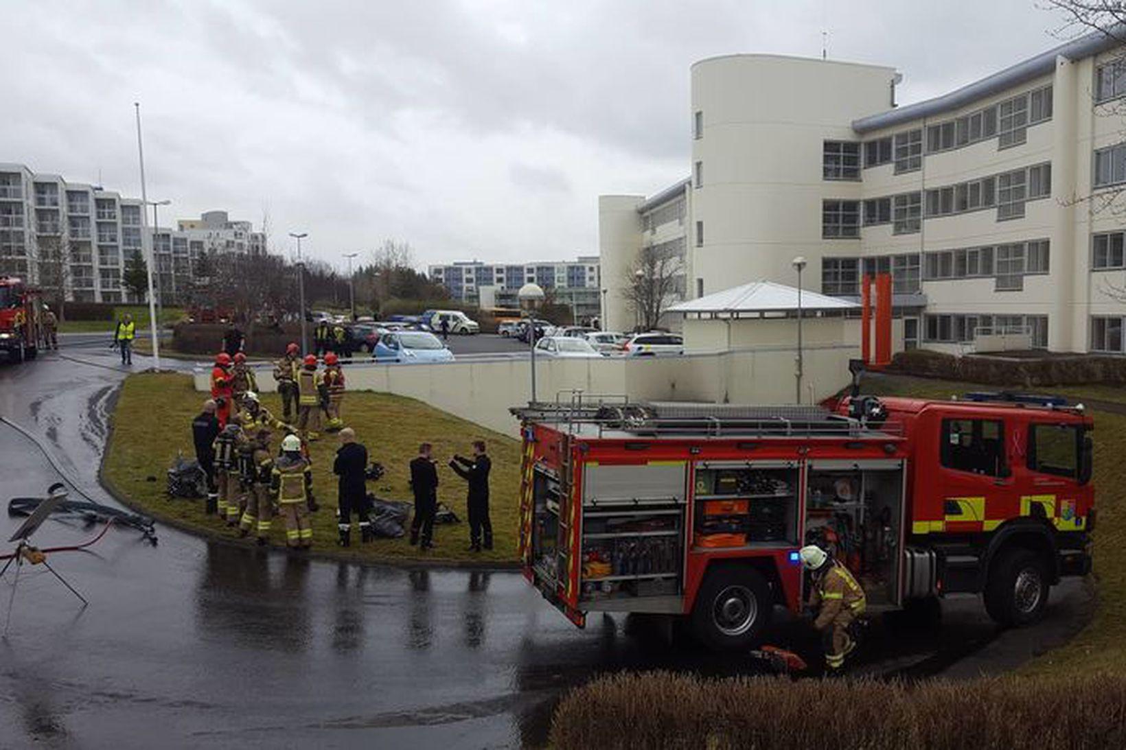 Slökkviliðið að störfum á Sléttuvegi.