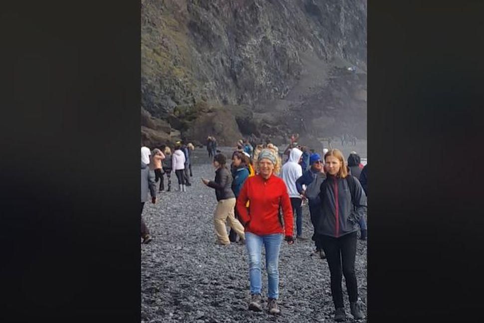 Ferðamenn voru inni á lokunarsvæðinu í austurhluta Reynisfjöru í dag. ...