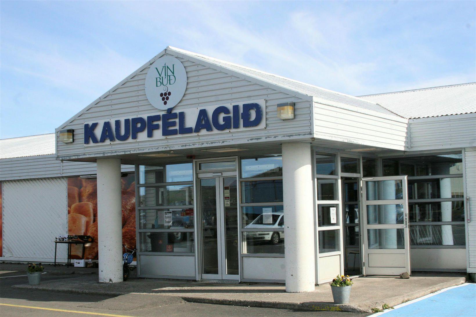 Hólmavík. Kaupfélagshúsið við Höfðatún þar sem verslunin er.