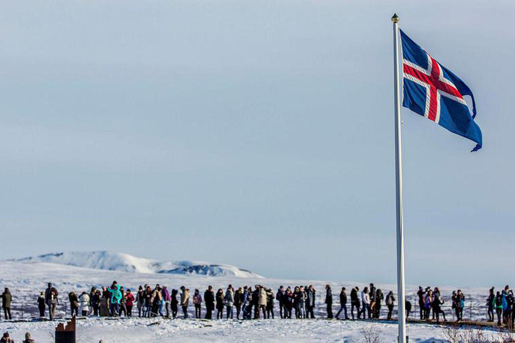 Ekkert aftrar ferðamönnum í að sækja Þingvelli heim.