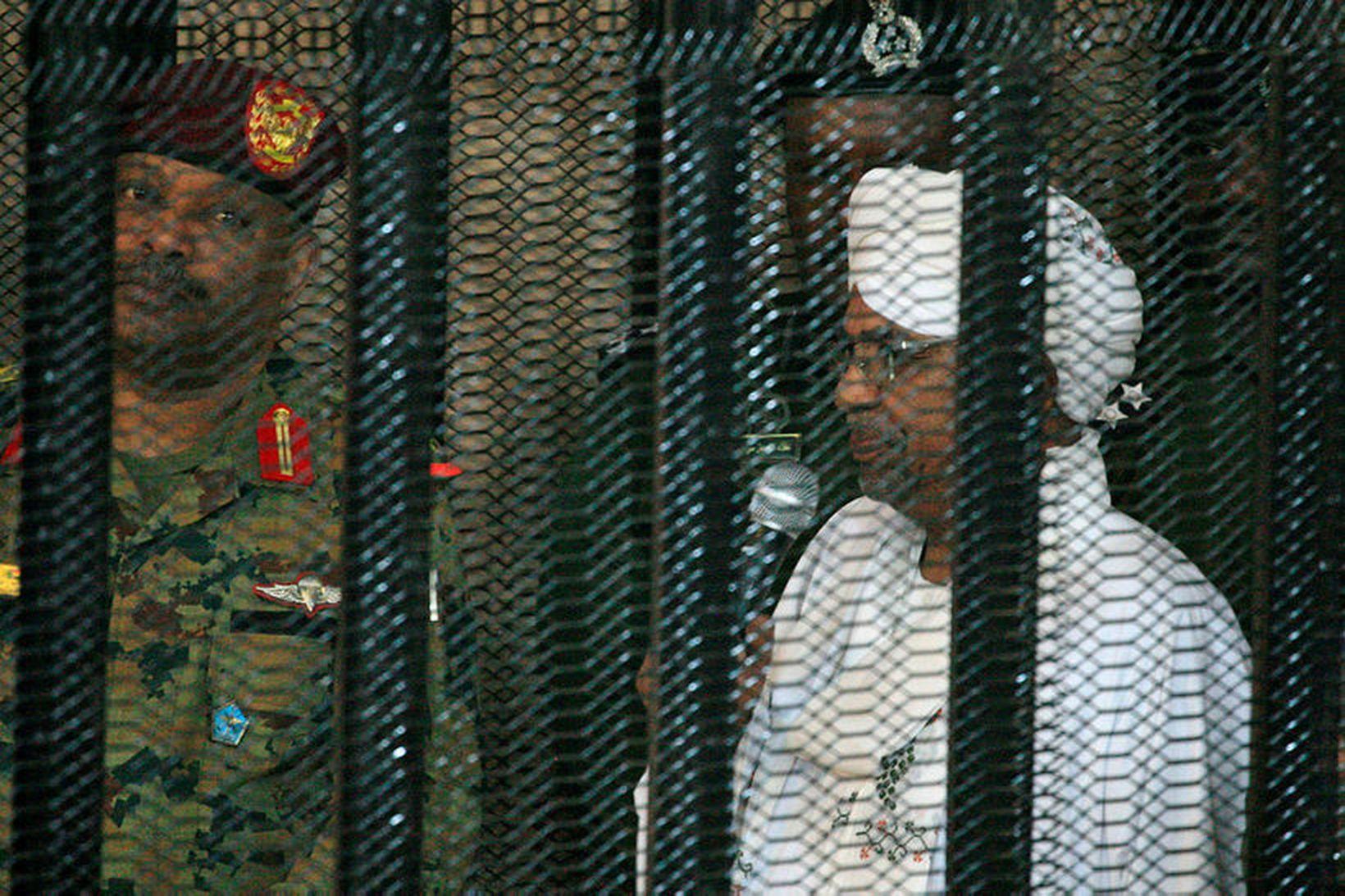 Omar al-Bashir, fyrrverandi forseti Súdans, var í sértöku búri þegar …