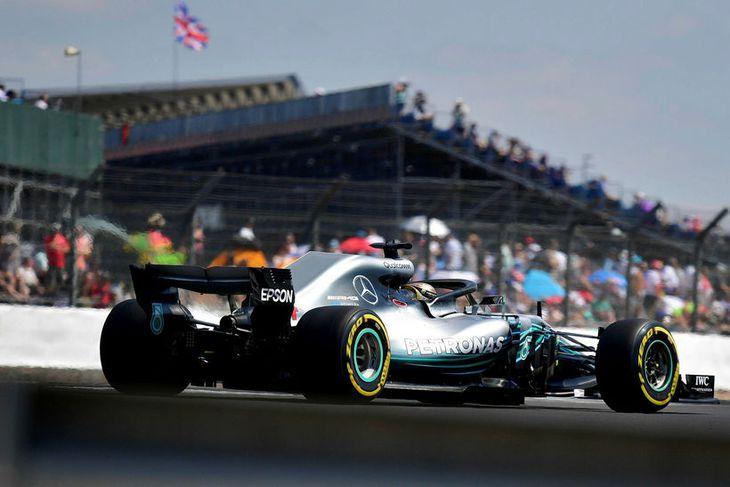 Lewis Hamilton á ferð í Sivlerstone í dag.