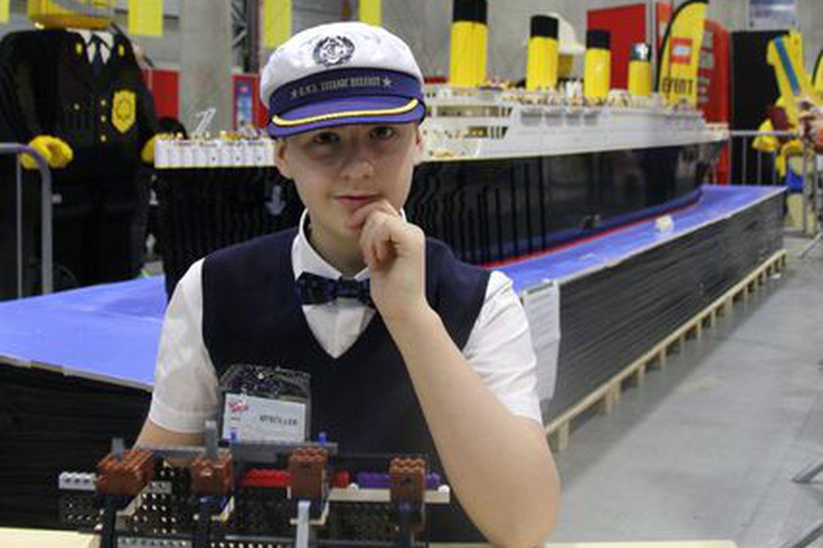 Brynjar Karl Birgisson við Titanic-líkan sitt á sýningu í Noregi …