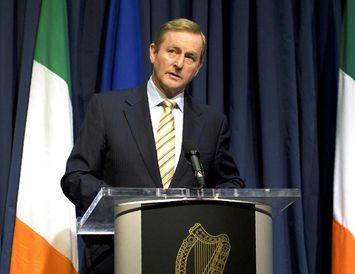 Enda Kenny, forsætisráðherra Írlands, ræðir við blaðamenn í dag.