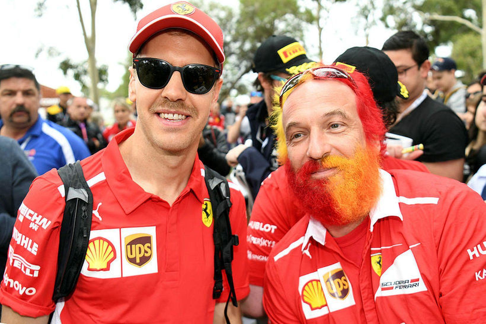 Sebastian Vettel (t.v.) með stuðningsmanni í Melbourne.