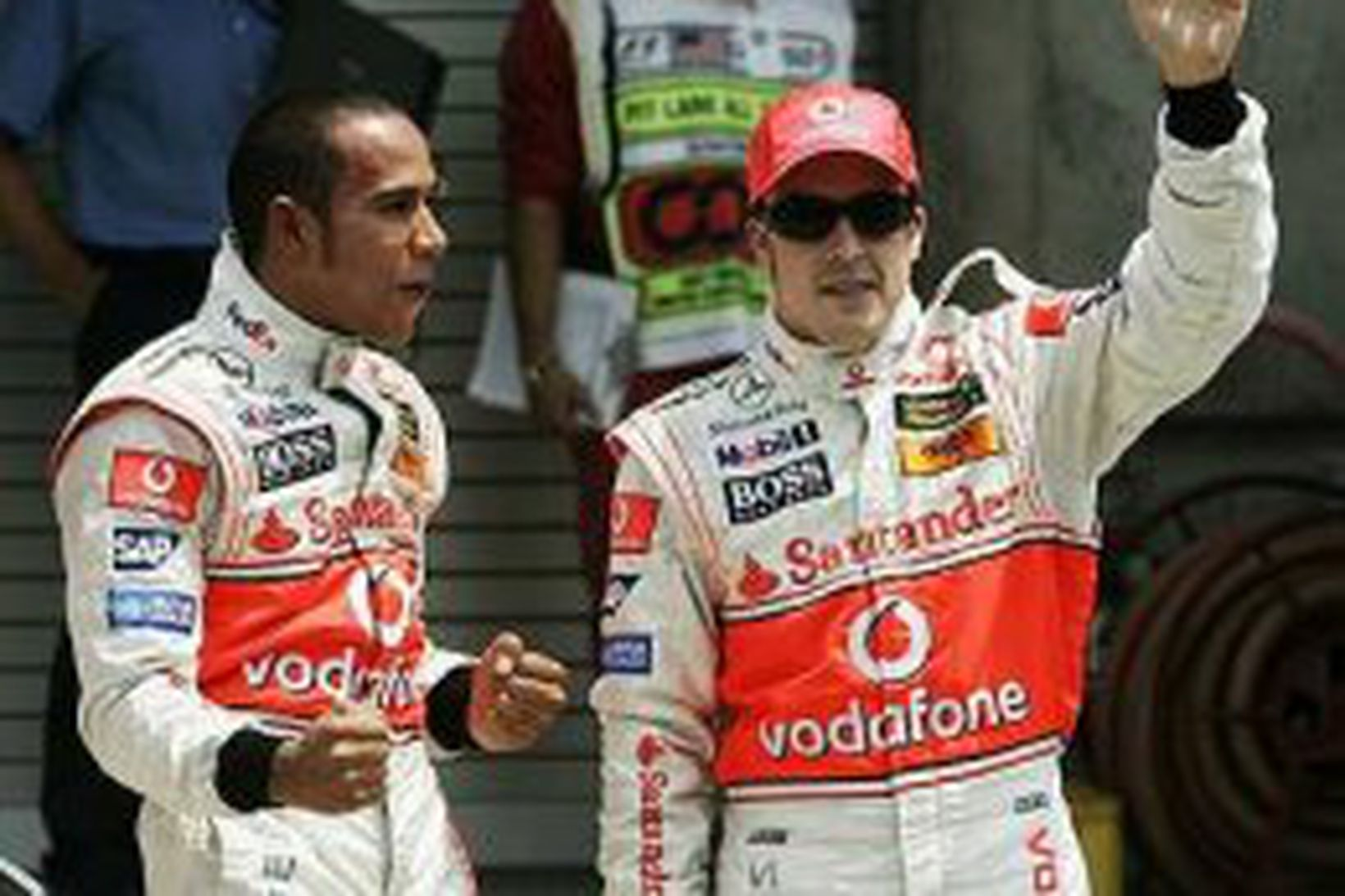 Alonso (t.h.) og Hamilton fagna tvöföldum sigri í tímatökunum í …