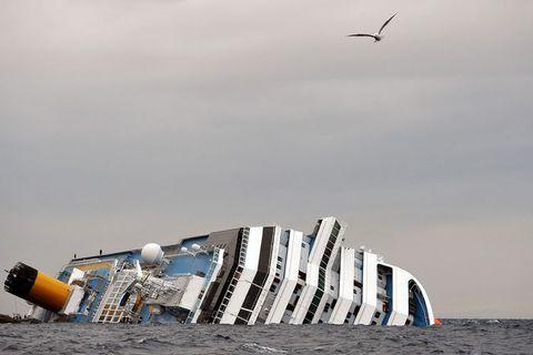 Skemmtiferðaskipið Costa Concordia steytti á skeri í janúar 2012 með þeim afleiðingum að tugir létust.