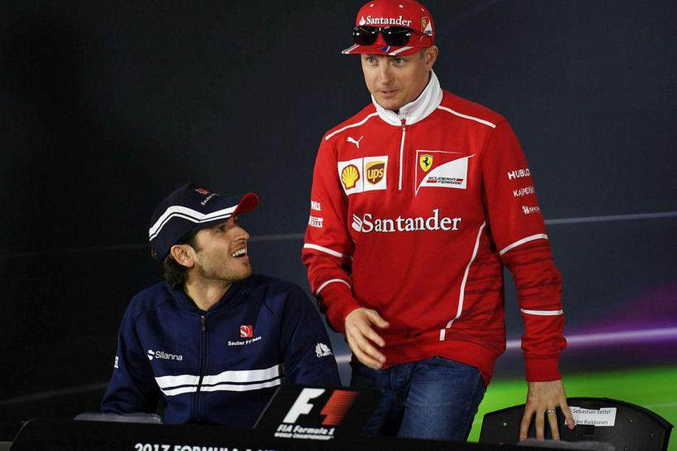 Kimi Räikkönen mætir til blaðamannafundar í Sjanghæ og sessunautur hans er Antonio Giovinazzi hjá Sauber.