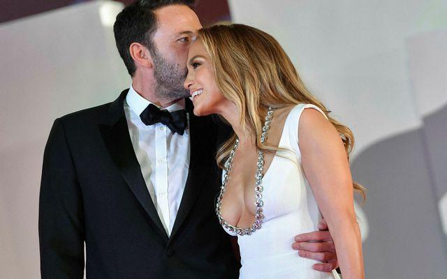 Ben Affleck sleppti ekki takinu af Jennifer Lopez á rauða dreglinum.
