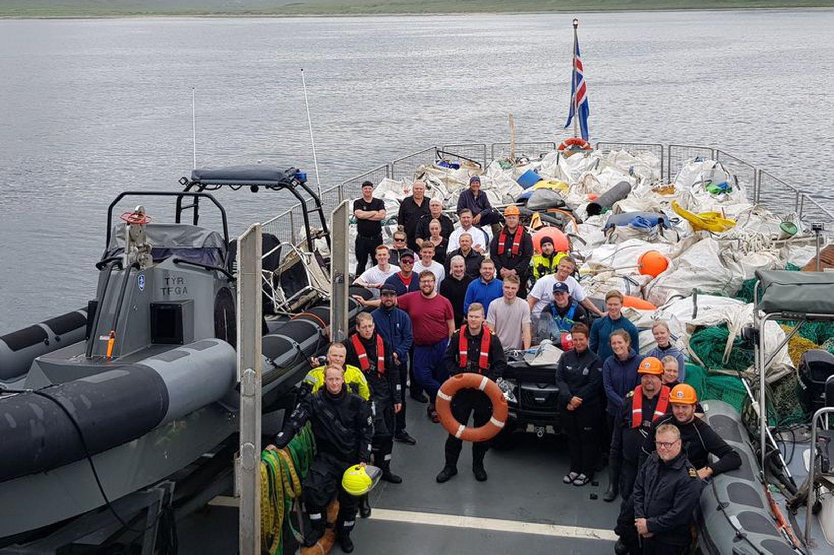 Vaskur hópur 17 sjálfboðaliða, áhöfn varðskips Landhelgisgæslunnar og 6,3 tonn …
