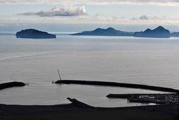 Herjólfur siglir sína fyrstu ferð frá Vestmannaeyjum í Landeyjahöfn.