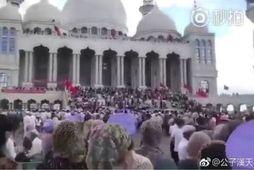 Hundruð múslima hafa safnast saman fyrir utan Weizhou-moskuna.