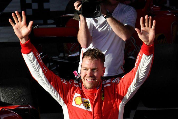 Sebastian Vettel fagnar sigrinum í Melbourne.