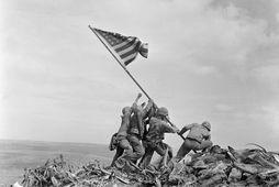 Bandarískir hermenn reisa þjóðfánann sinn á hæð eftir orrustuna um Iwo Jima árið 1945.