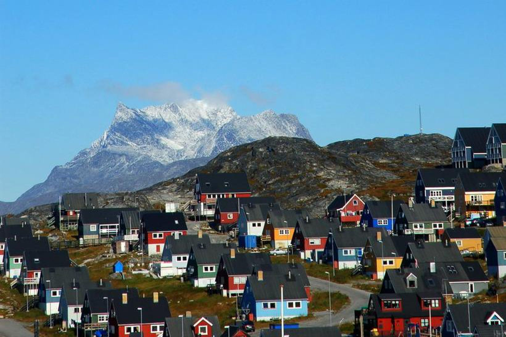 Frá Nuuk, höfuðborg Grænlands. Fjallið Sermitsiaq í bakgrunni.