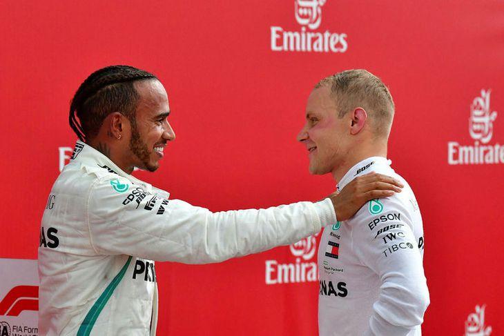 Lewis Hamilton (t.v.) þakkar liðsfélaga sínum Valtteri Bottas að láta honum efir sigurinn. Er Bottas ...