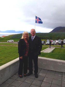Illugi Gunnarsson, mennta- og menningarmálaráðherra, og kona hans Brynhildur Einarsdóttir, á Hrafnseyri í dag.