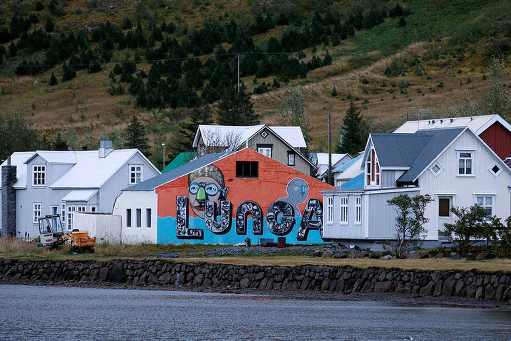 Við botn Seyðisfjarðar stendur samnefndur kaupstaður. Byggð hóf að myndast …
