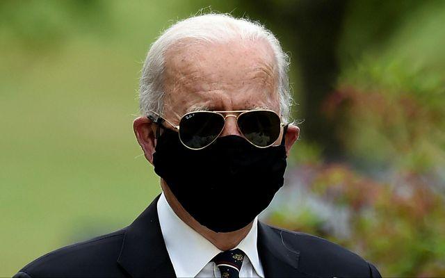 Joe Biden með grímuna í gær.