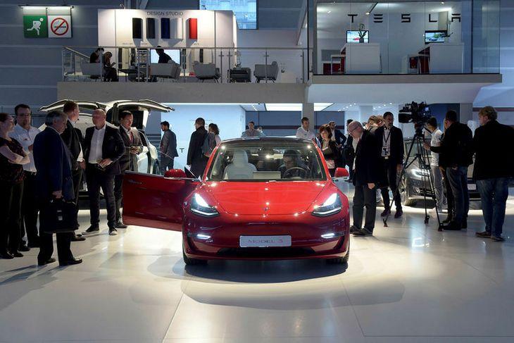 Tesla Model 3 á bílasýningunni sem nýlokið er í París.