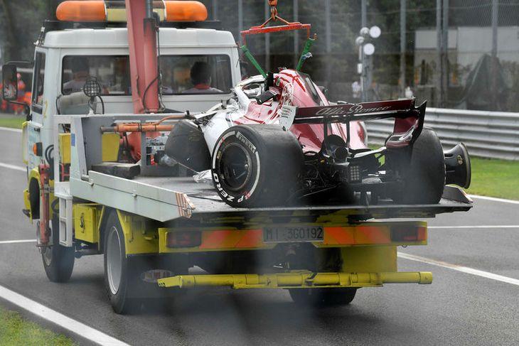 Bíll Marcus Ericsson fluttur stórskemmdur af vetvqangi slyssins í Monza í dag.