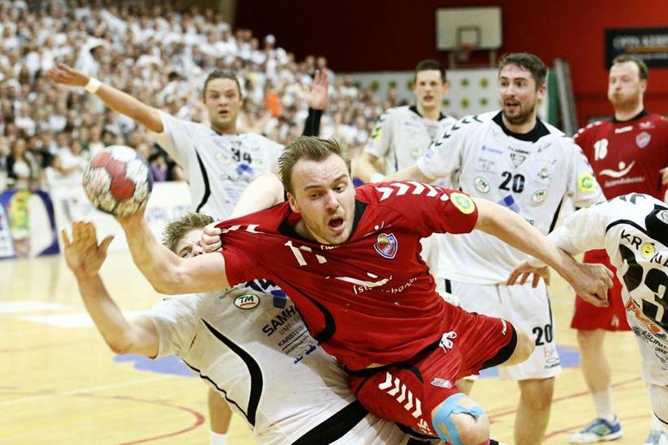Haukamaðurinn Sigurbergur Sveinsson brýst í gegnum vörn ÍBV á Ásvöllum í kvöld.