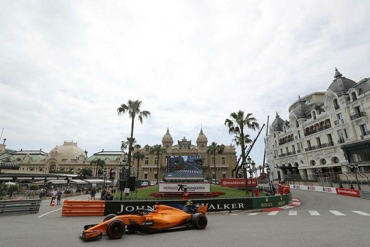 Fernando Alonso ekur McLarenbílnum á spilavítistorginu á æfingu í Mónakó í gær.