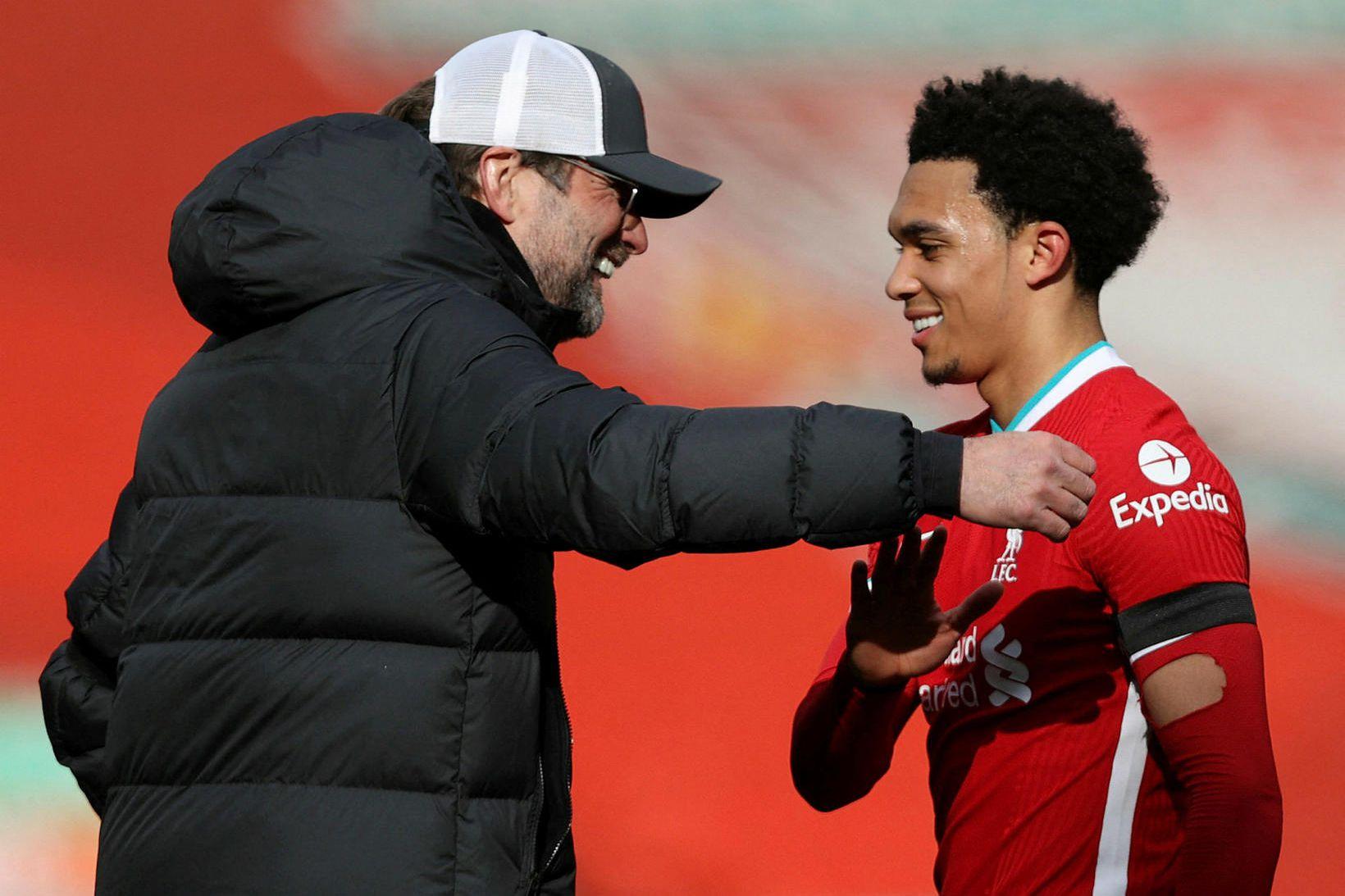Jürgen Klopp heilsar upp á Trent Alexander-Arnold eftir leik.