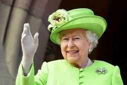 Drottningin vinkar bless og heldur til Windsor.