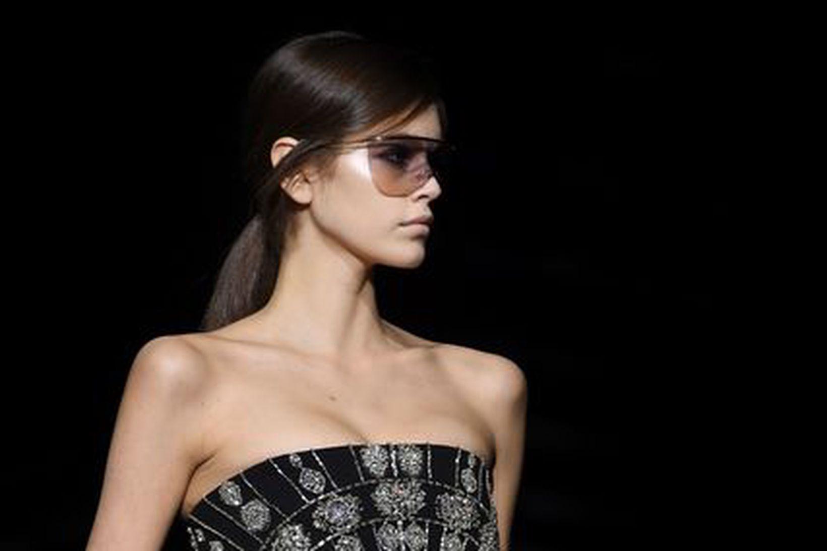 Fyrirsætan Kaia Gerber á tískusýningu Givenchy í mars á þessu …