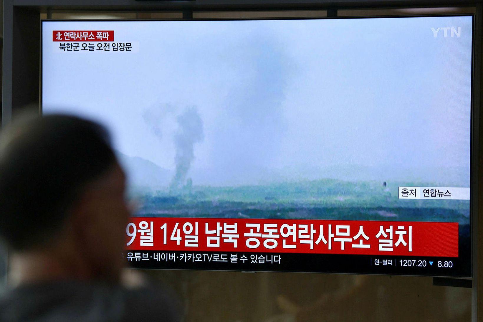 Íbúar Seoul horfa á fréttir um sprengjuárásina.