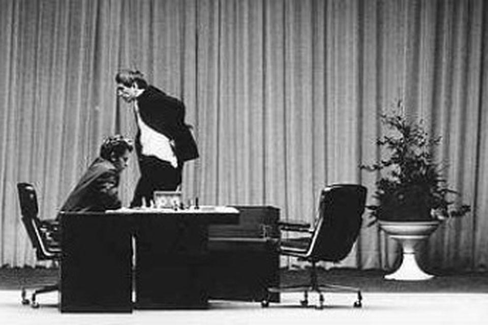 Fischer stikar um á sviði Laugardalshallar árið 1972