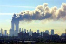 Reyk leggur frá turnum World Trade Center í New York skömmu eftir árásirnar 11. september …