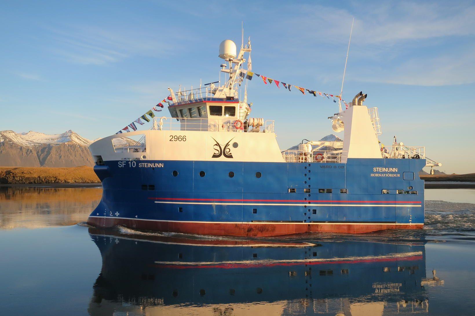 Steinunn SF. Glæsilegt skip kemur að landi í góðu veðri.