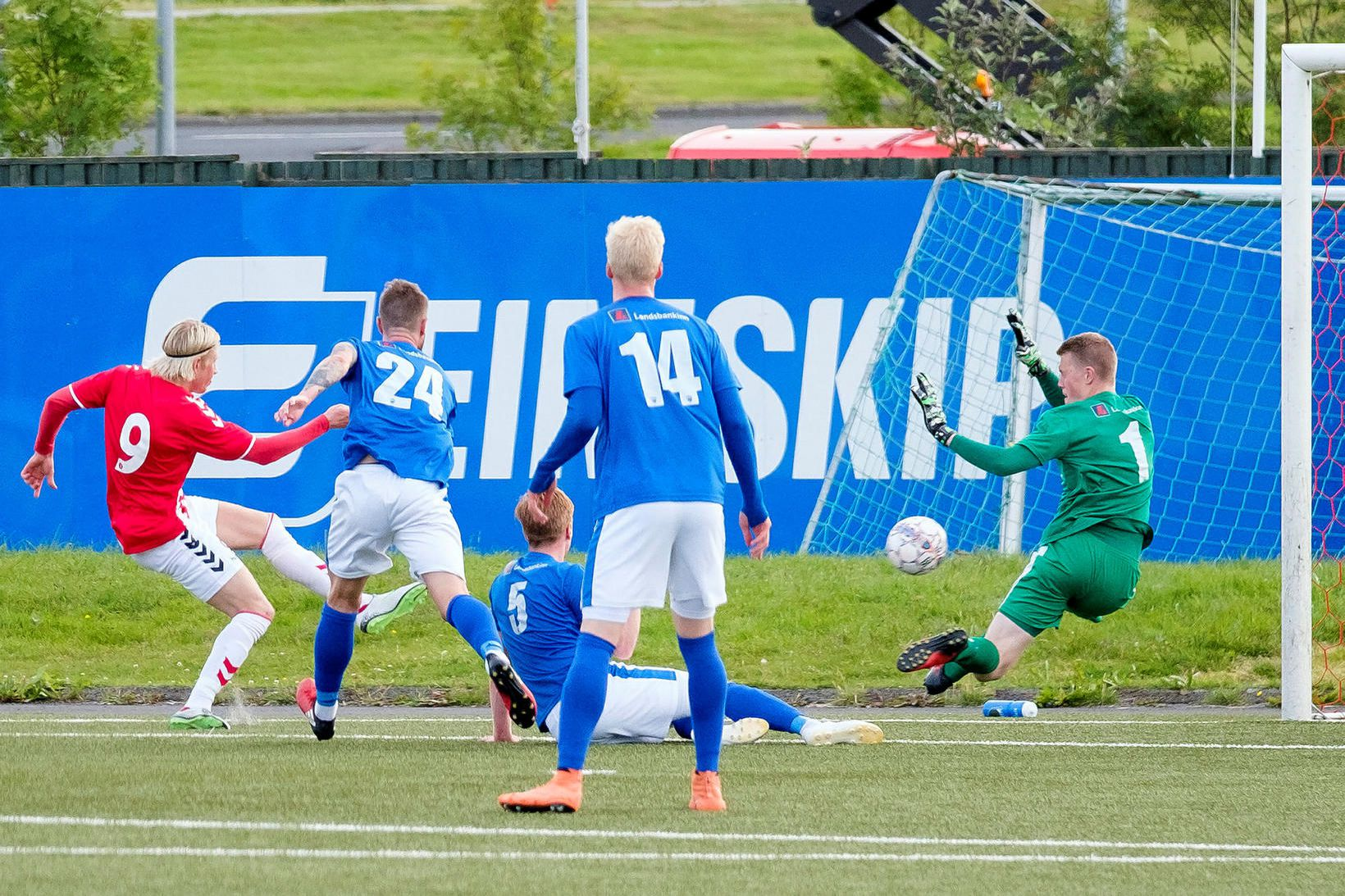 Atli Gunnar Guðmundsson markvörður í leik með Fram gegn Þrótti …