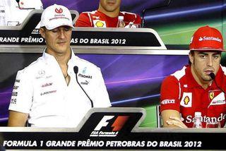 Schumacher (t.v.) sem ökumaður Mercedes og Alonso sem ökumaður Ferrari á blaðamannafundi í vertíðarlok í ...