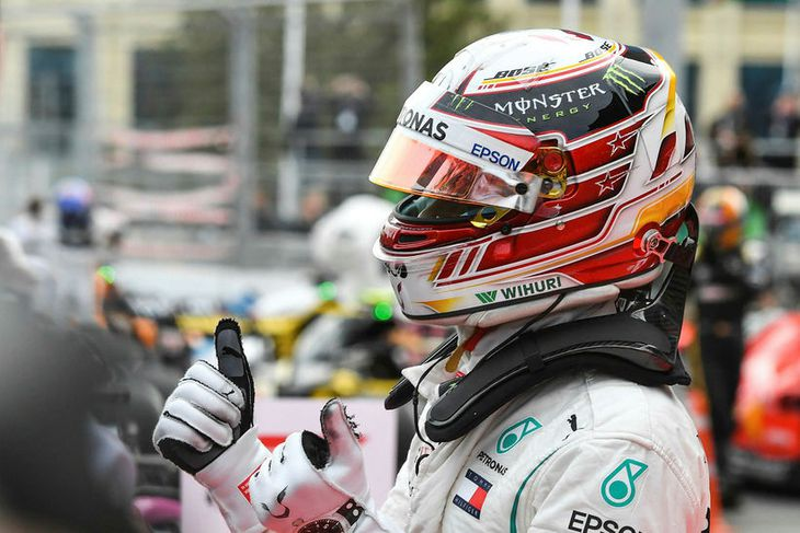 Lewis Hamilton fagnar heppnissigrinum í Bakú.