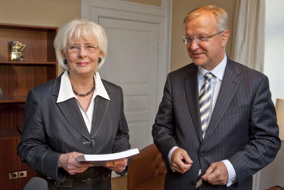 Olli Rehn afhenti Jóhönnu Sigurðardóttur, forsætisráðherra spurningalista frá framkvæmdastjórn ESB. ...