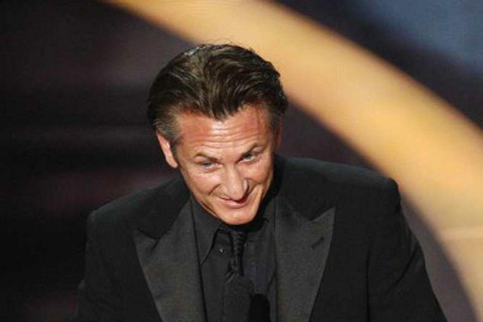 Sean Penn þakkar fyrir verðlaunin, sem hann hlaut fyrir myndina Milk.