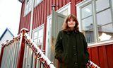 Fríða Ísberg á tröppum Gröndalshúss, þar sem hún er með vinnuaðstöðu.