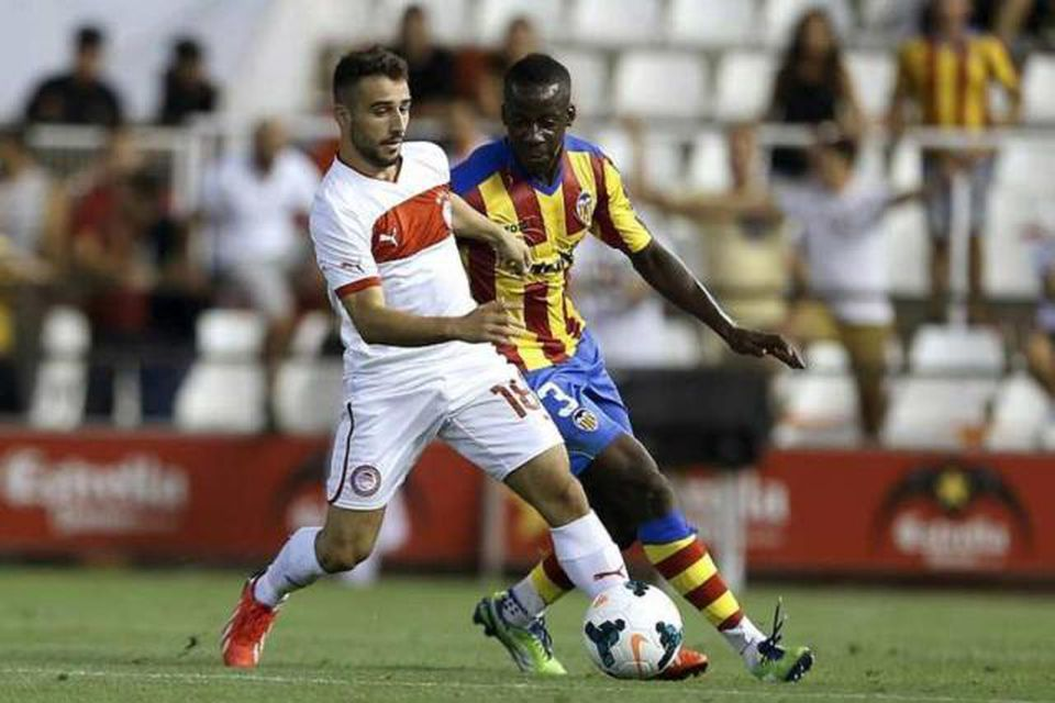 Aly Cissokho, til hægri, í leik með Valencia. Hann er kominn til Liverpool í láni …