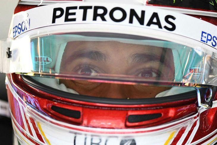 Lewis Hamilton milli aksturslota í Sjanghæ í morgun.