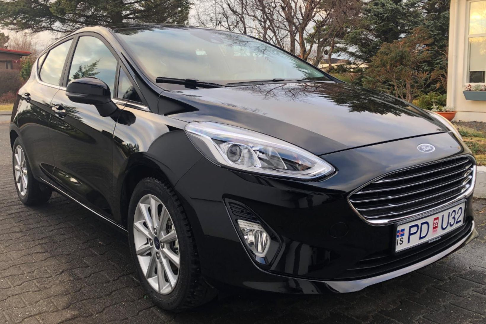 Lögreglan á höfuðborgarsvæðinu lýsir eftir svörtum Ford Fiesta með skráningarnúmerið …