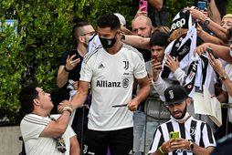 Cristiano Ronaldo heilsaði upp á stuðningsmenn er hann sneri aftur til æfinga hjá Juventus.