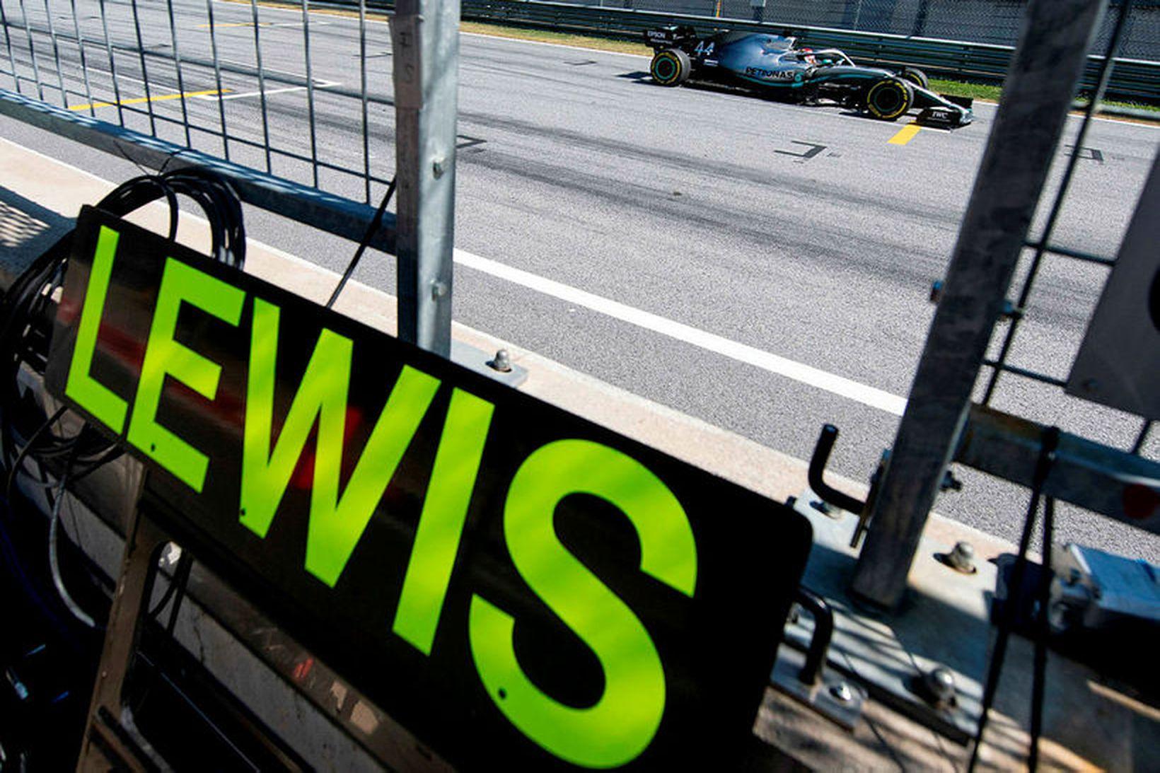 Lewis Hamilton ekur framhjá stjórnpalli Mercedes í tímatökunni í Spielberg.