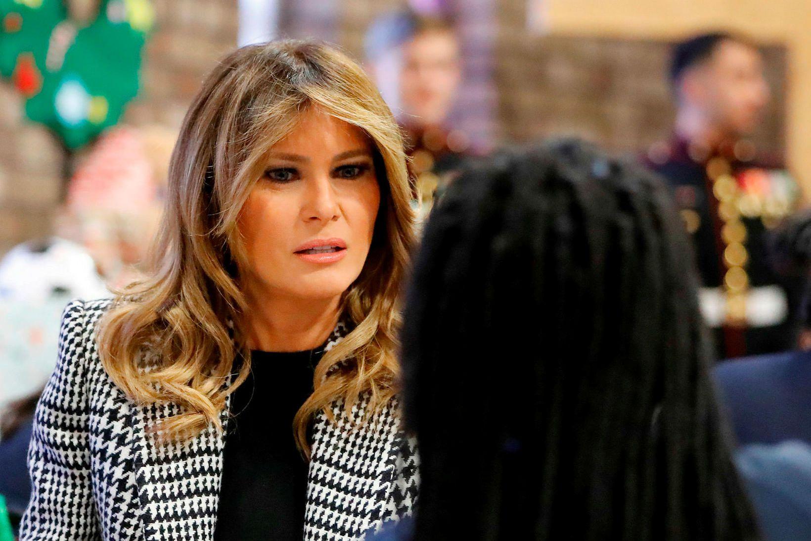 Melania Trump hitti skólakrakka í Lundúnum.