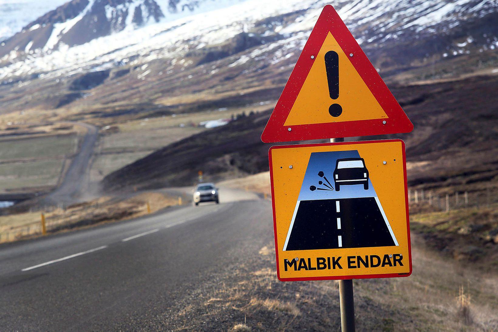 Biðlað er til fólks um að ferðast ekki á milli …