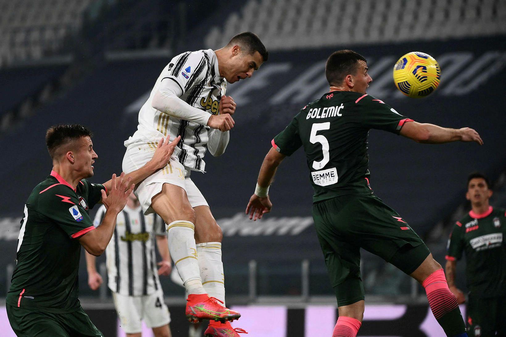 Cristiano Ronaldo skorar seinna mark sitt fyrir Juventus í sigrinum …
