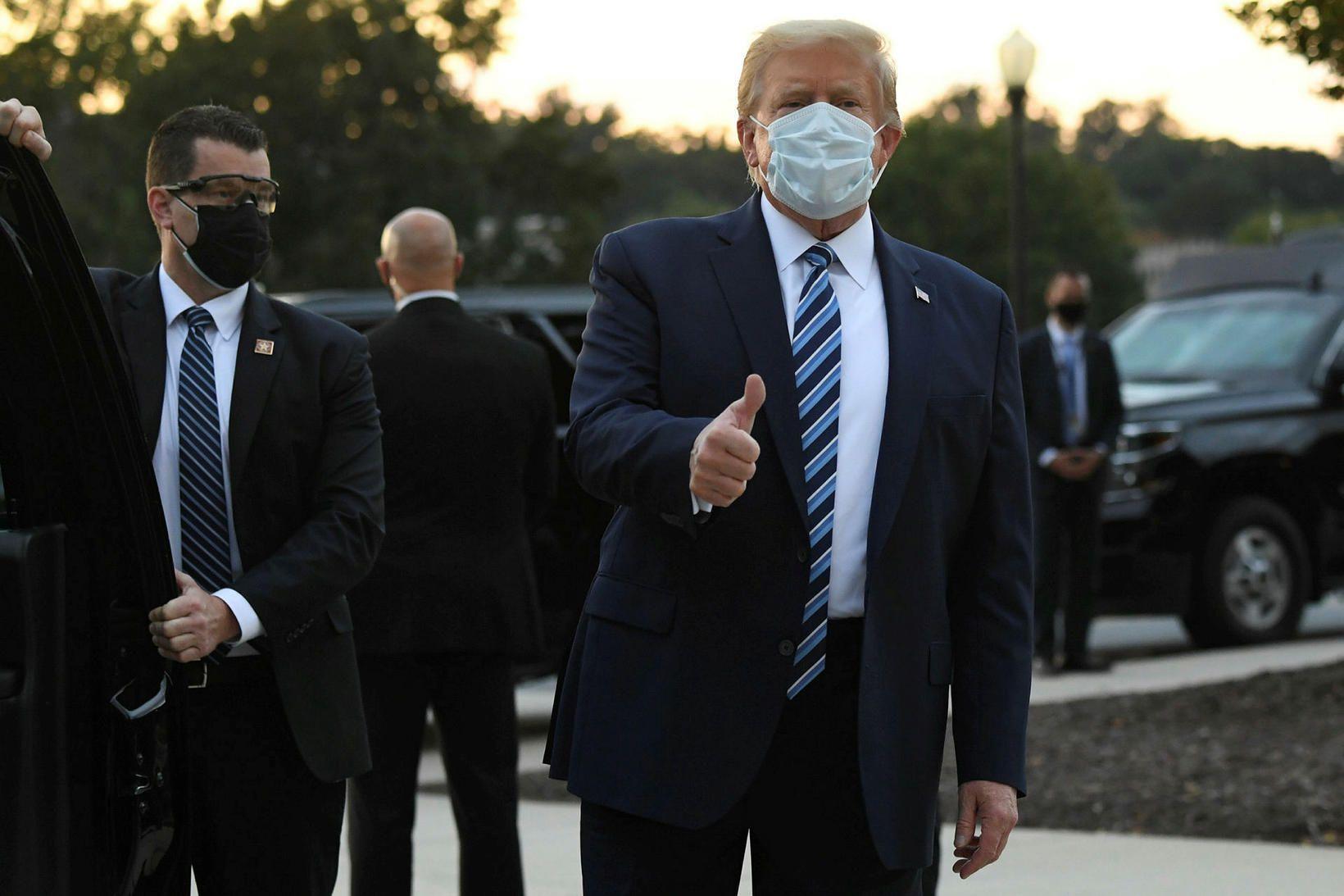 Donald Trump á leið sinni frá Walter Reed-sjúkrahúsinu, þar sem …