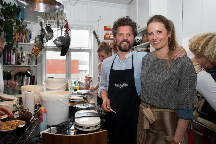Mayor Dagur B. Eggertsson and his wife Arna Dögg Einarsdóttir, serving waffles.